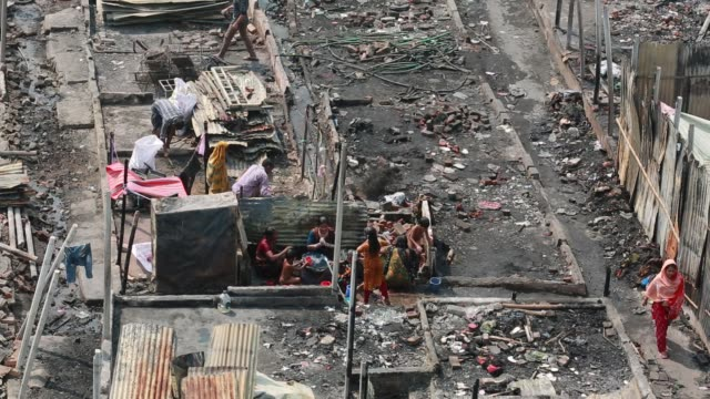vídeos de stock, filmes e b-roll de view of fire gutted shanties at the ilias mollah slum in dhaka bangladesh on march 14 2018 the fire began on last monday on march 12 2018 at least... - negativo tipo de imagem