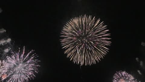 vídeos y material grabado en eventos de stock de ws view of fireworks showcasing omagari's sky / daisen, akita, japan - fuegos artificiales
