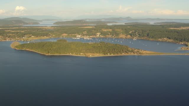 ws aerial view of fisherman bay on lopez island showing marina and boats / lopez island, washington, united states - ankrad bildbanksvideor och videomaterial från bakom kulisserna