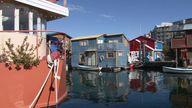 ws zi view of fisherman's wharf and floating homes / victoria, british columbia, canada  - カナダ ビクトリア市点の映像素材/bロール