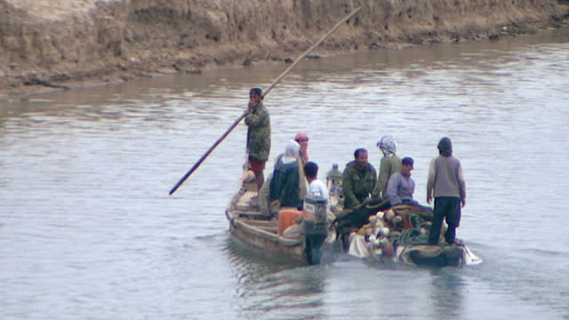 view of fishermen in a motorboats chugging to the shore of shatt al-arab. the river is formed by the confluence of the euphrates and tigris and runs... - basra video stock e b–roll