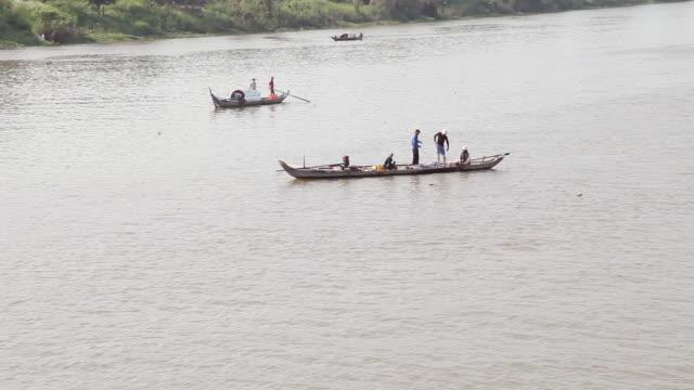ws pov view of fishermen on mekong river / saigon, vietnam  - 男漁師点の映像素材/bロール