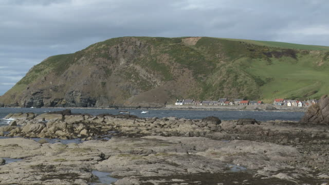 ws view of fishing village near sea / pennan, aberdeenshire, scotland - クロヴィー点の映像素材/bロール