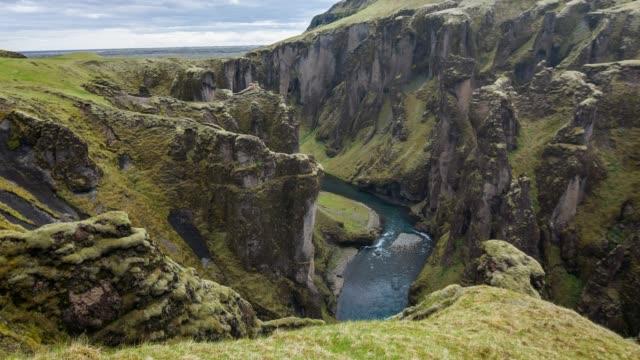 ansicht des fjadrargljufur canyon mit blick auf das meer, island - canyon stock-videos und b-roll-filmmaterial