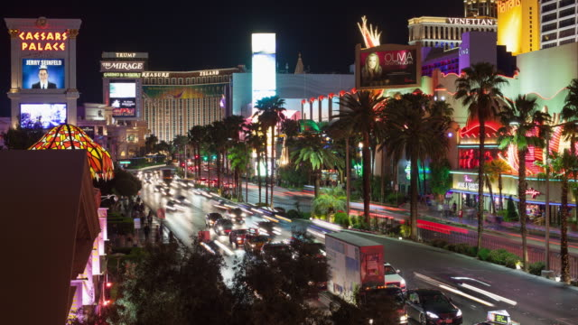 vídeos y material grabado en eventos de stock de ws t/l view of flamingo las vegas and caesars palace, traffic moving on las vegas boulevard / las vegas, nevada, united states  - hotel mirage las vegas