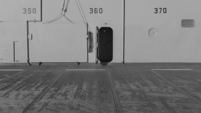 vídeos de stock e filmes b-roll de cu view of flight deck / unspecified  - convés