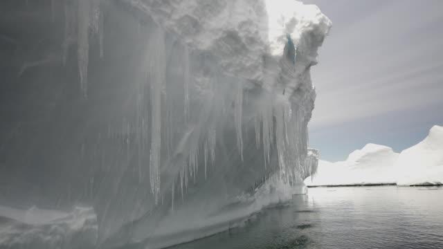 vídeos de stock, filmes e b-roll de ms pov view of floating icebergs with melting icicles / antarctic peninsula, antarctica - pingente de gelo