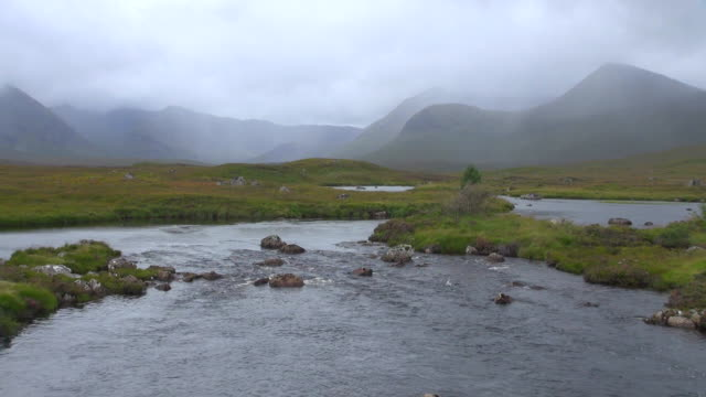ws view of flowing river in front of mountain range / rannoch moor, highlands, scotland - moor stock videos & royalty-free footage