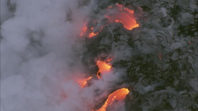 ws zo pov aerial view of flowing volcano / hawaii, usa - 1 minuto e più video stock e b–roll