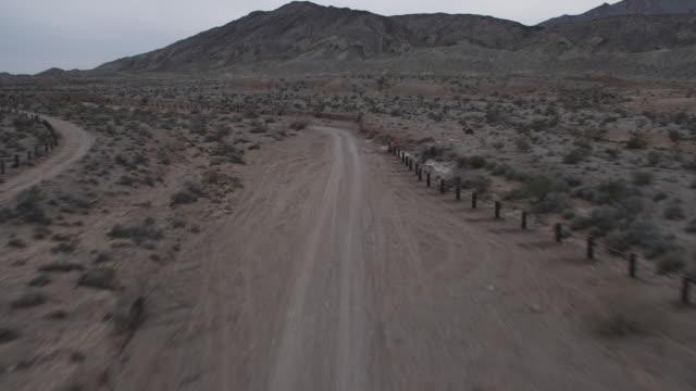 vídeos de stock e filmes b-roll de ws aerial view of fly along desert trail / las vegas, nevada, united states - 50 segundos ou mais