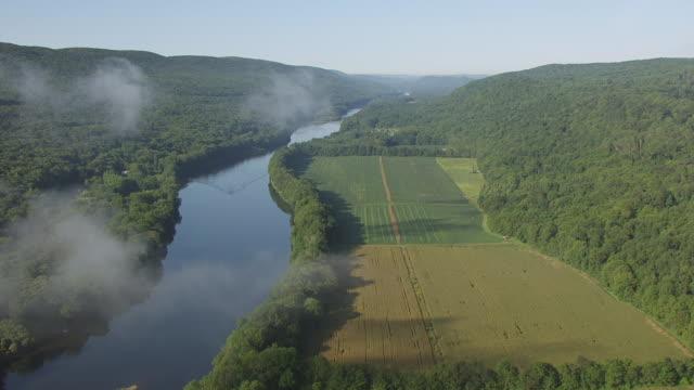 vídeos y material grabado en eventos de stock de ws aerial view of flying over fog and delaware water gap in appalachian mountains / new jersey, united states - delaware water gap
