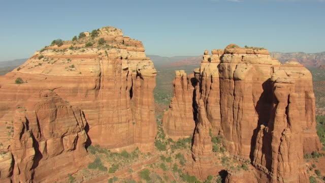vídeos de stock e filmes b-roll de ws aerial view of flyover cathedral rock spires / sedona, arizona, united states  - sedona