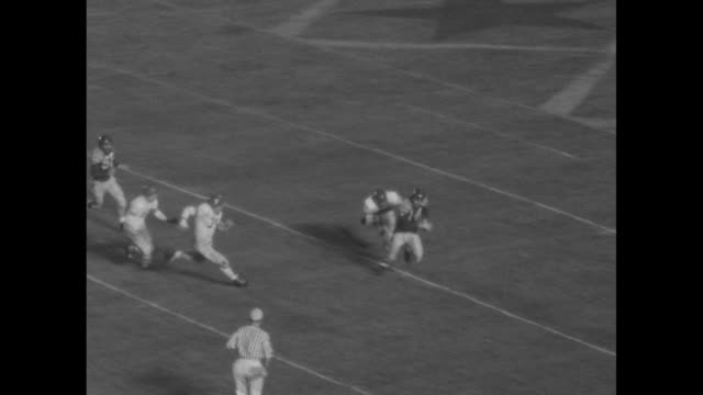 vídeos de stock e filmes b-roll de view of football game at soldier field from sideline with college allstars in possession of the ball and detroit lions defending / various shots of... - primeiro quarto de tempo