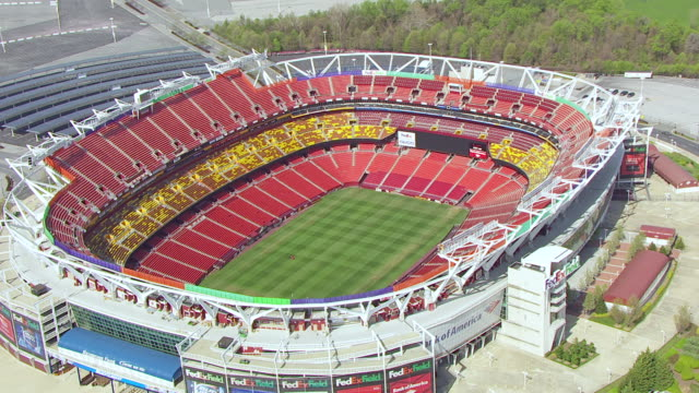 vidéos et rushes de ws ts aerial pov view of football stadium fedexfield with solar panel / landover, maryland, united states  - maryland état