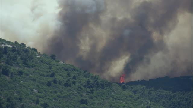 vídeos de stock e filmes b-roll de ws view of forest fire over mountain / athens, attika, greece - athens greece