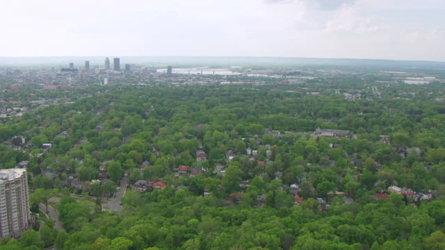 vidéos et rushes de ws aerial view of forest with downtown and ohio river / louisville, kentucky, united states - rivière ohio