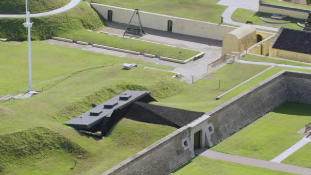 ws aeria pov view of fort moultrie / sullivan's island, charleston, south carolina, united states - artiglieria video stock e b–roll