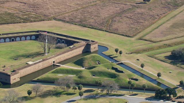 vídeos y material grabado en eventos de stock de ws aerial view of fort pulasky national monument / georgia, united states - monumento nacional