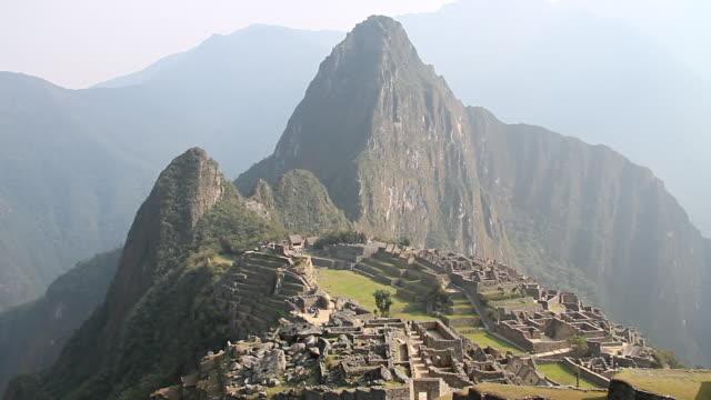 ws tu view of fort with mountains / machu picchu, peru - machu picchu stock videos & royalty-free footage