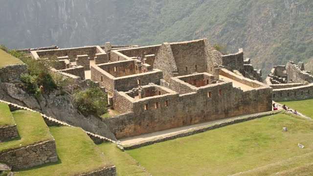 ws view of fort with tourists / machu picchu, peru - マチュピチュ点の映像素材/bロール