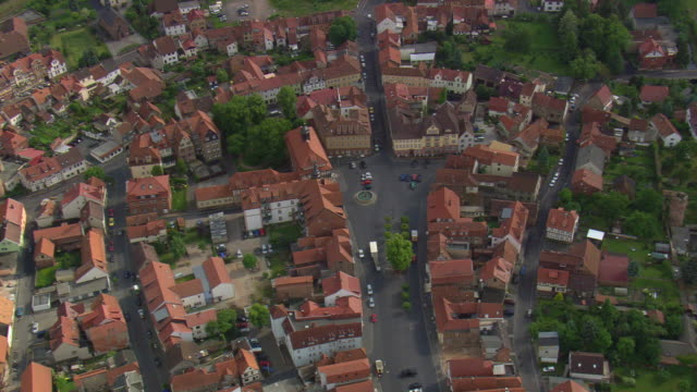 ws aerial zi view of fountain and city of philippsthal with road way and running vehicles / germany - heranzoomen stock-videos und b-roll-filmmaterial