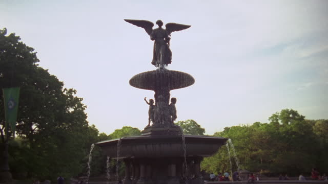 ws pan view of fountain in central park / new york, united states  - figura maschile video stock e b–roll