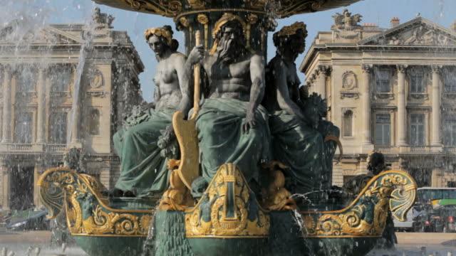 stockvideo's en b-roll-footage met ms view of fountain in place de la concorde /  paris city, paris, france - vrouwelijke gestalte