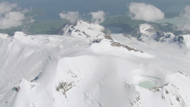 vidéos et rushes de ws aerial view of fourpeaked mountain range looking eastward for pacific ocean / alaska, united states - piscine thermale