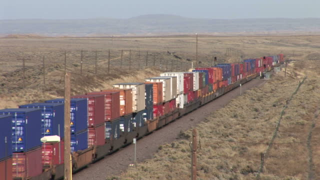 vídeos y material grabado en eventos de stock de view of freight train passing in wyoming united states - c119gs