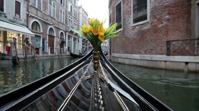 vidéos et rushes de vue du front de gondole à venise - canal eau vive