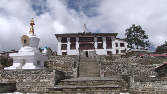 ms zi view of front part of main gompa building at tengboche monastery / tengboche,  khumbu region, nepal - khumbu stock videos and b-roll footage