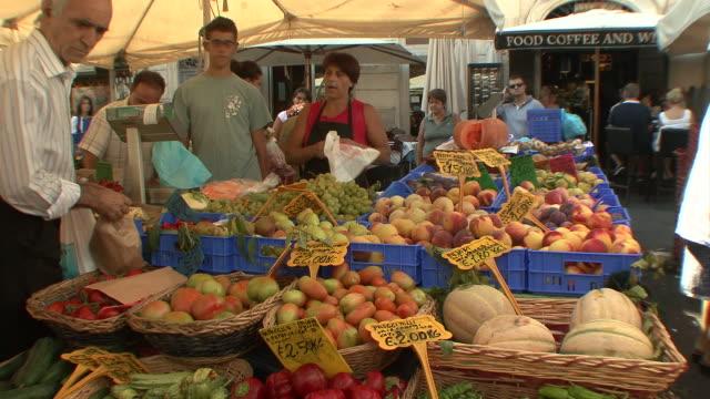 vídeos de stock, filmes e b-roll de ms td view of fruit and vegetable stand in campo dei fiori square / rome, italy  - escrita ocidental