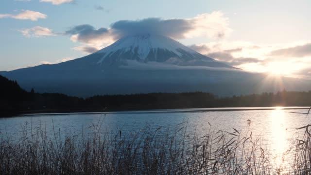 vídeos de stock, filmes e b-roll de vista da montanha de fuji do lago tanuki, fujinomiya, prefeitura de shizuoka, japão - aura