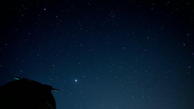 vídeos de stock e filmes b-roll de view of galaxy and diurnal motion in the night sky at chokyungchul observatory in hwacheongun, south korea - rasto de estrelas