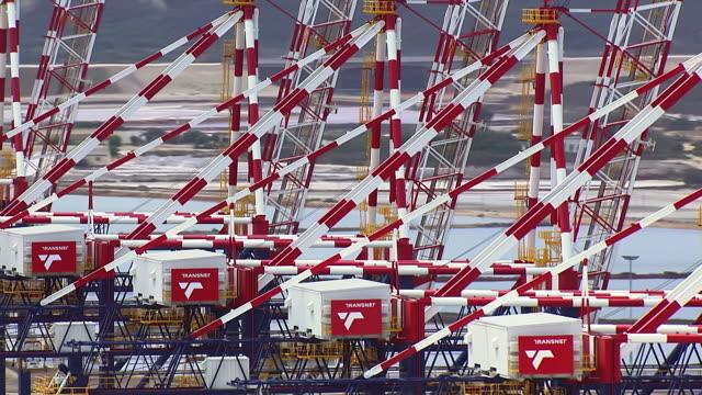 vidéos et rushes de cu aerial view of gantry cranes at port of ngqura / port elizabeth, eastern cape, south africa - plateforme