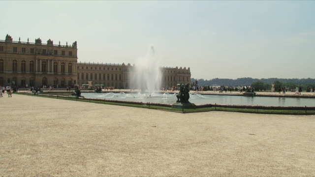 ws pan view of garden and palace of versailles / versailles, ile de france, france - chateau de versailles stock videos and b-roll footage