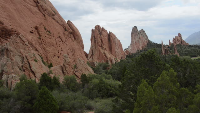 vídeos y material grabado en eventos de stock de ws pan view of garden of gods / colorado springs, colorado, united states - boulder rock
