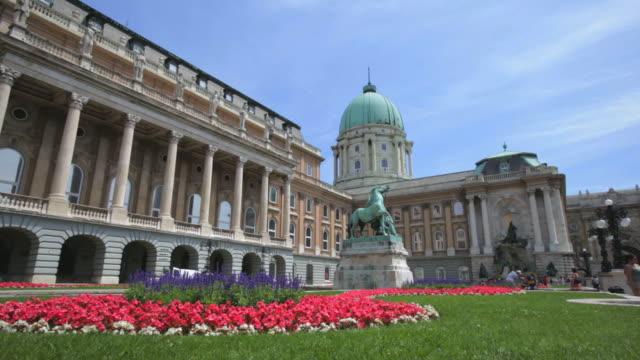 vídeos de stock, filmes e b-roll de ws view of garden with flower in front of building of palace art galleries / budapest, hungary - representação de animal