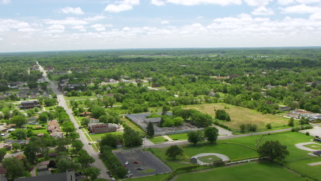 ws aerial pov view of garnett elementary school and townscape / lake county, gary, indiana, united states  - 小学校点の映像素材/bロール