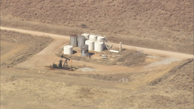 vidéos et rushes de ws aerial zo view of gas and oil extraction / texas, united states - texas