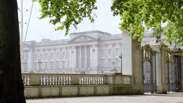 vídeos de stock, filmes e b-roll de ws view of gate and buckingham palace / london, united kingdom - palácio de buckingham