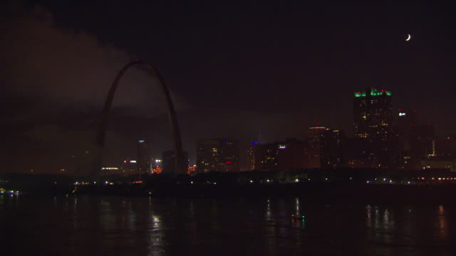ws view of gateway arch at night / st louis, missouri, united states - jefferson national expansion memorial park stock videos & royalty-free footage