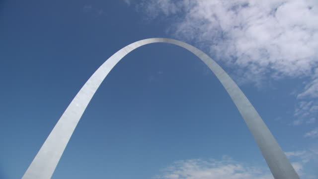 ms view of gateway arch framed against sky / st louis, missouri, united states - jefferson national expansion memorial park bildbanksvideor och videomaterial från bakom kulisserna