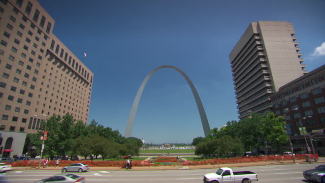 ws view of gateway arch / st louis, missouri, united states - missouri stock videos & royalty-free footage
