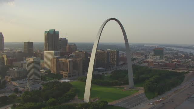 vídeos y material grabado en eventos de stock de ws aerial view of gateway arch to top / st louis, missouri, united states - expansión hacia el oeste