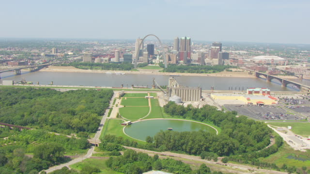 WS AERIAL POV View of Gateway Geyser with St. Louis Arch and city in background / East St. Louis, St. Clair County, Illinois, United States