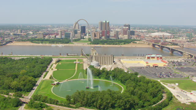 vídeos de stock e filmes b-roll de ws aerial pov view of gateway geyser with st. louis arch and city in background / east st. louis, st. clair county, illinois, united states  - jefferson national expansion memorial park