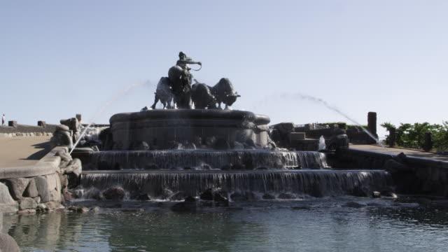 vídeos de stock e filmes b-roll de ws view of gefion fountain and people / copenhagen, denmark - região de oresund