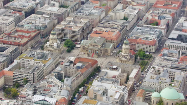 vídeos de stock e filmes b-roll de ws aerial view of gendarmenmarkt with architectural trio composed of german and french cathedrals and concert hall / berlin, germany - catedral