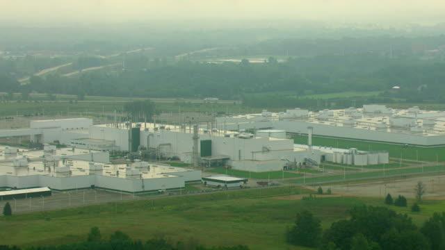 ws aerial zo view of general motors lansing delta township assembly factory / lansing, michigan, united states - ランシング点の映像素材/bロール